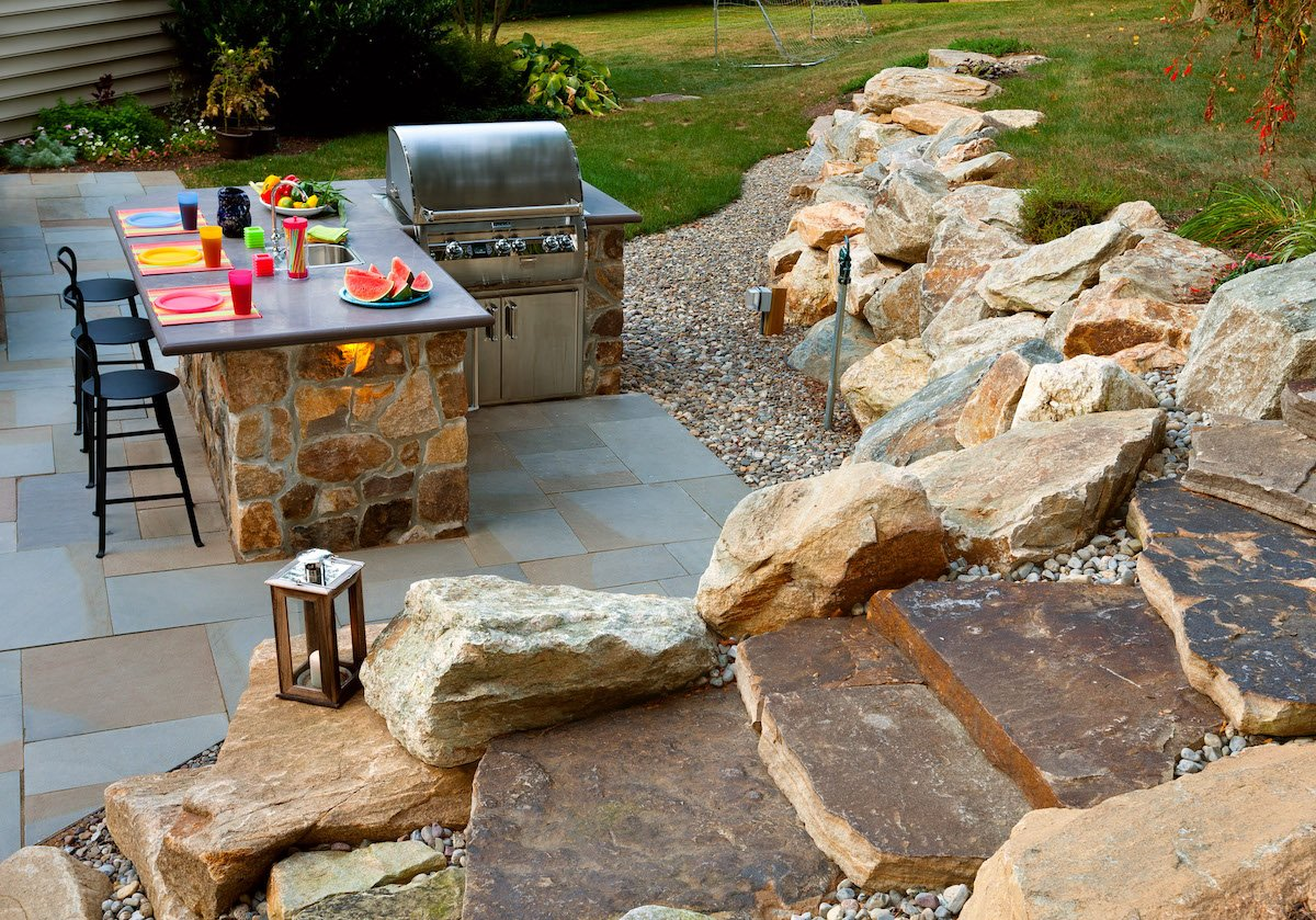 outdoor-kitchen-flagstone-patio-boulders-4
