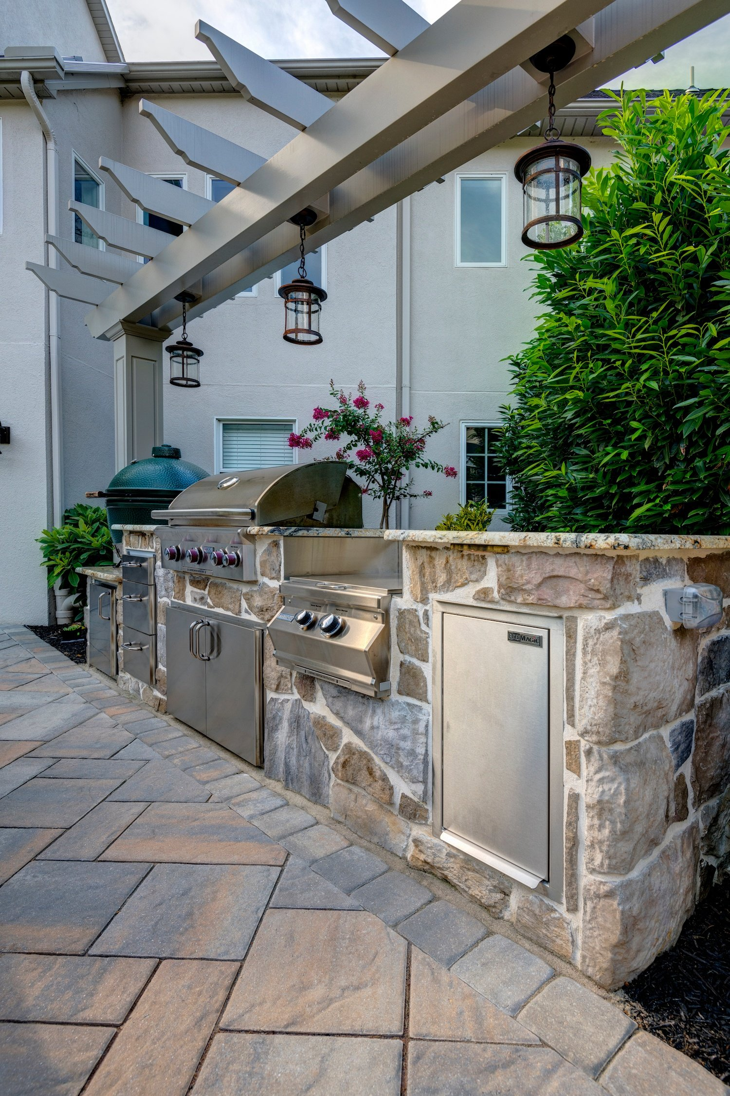 outdoor kitchen appliances in backyard patio