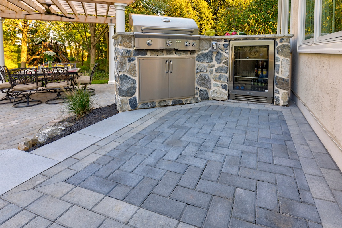 Vakkas-paver-patio-pergola-small-outdoor-kitchen-1